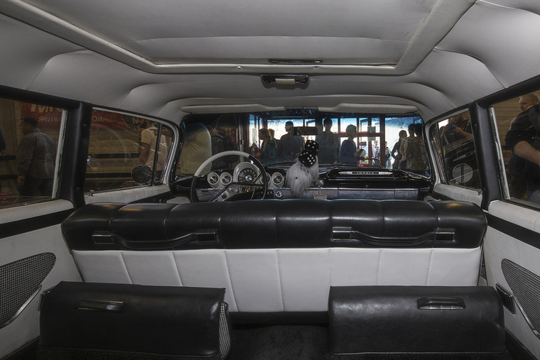 Bár nem tuning, hanem veterán, ennek a Chevrolet Impalának a végeláthatatlan belső terében simán be lehet rendezi egy, a parkolóban bemutatott partibuszt