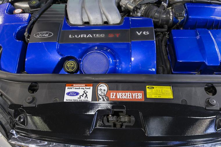 A poénáradat folytatódik ennek a harmadik szériás Ford Mondeo 220 ST-nek a motorházteteje alatt is