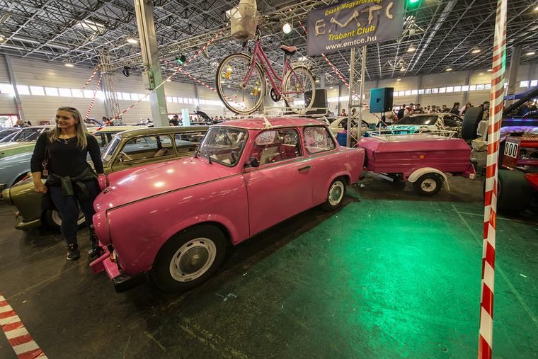 A pink Trabant a sátras utánfutóval együtt nagyon büntet