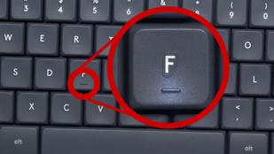 Mi az a vonalka a billentyűzet F és J betűin?