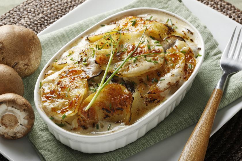 A rakott krumplit rengeteg módon készítheted, a magyaros tojásos, kolbászos mellett próbálkozz különféle variációkkal! Hús nélkül, gombával, tejszínnel és sajttal is ínycsiklandó, és nem terheli meg a gyomrot.