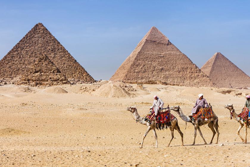 A piramisok előtt elhaladó tevék, esetleg Szfinxszel szelfiző turisták - legtöbbször ilyen képeket látunk az ókori építményekről.