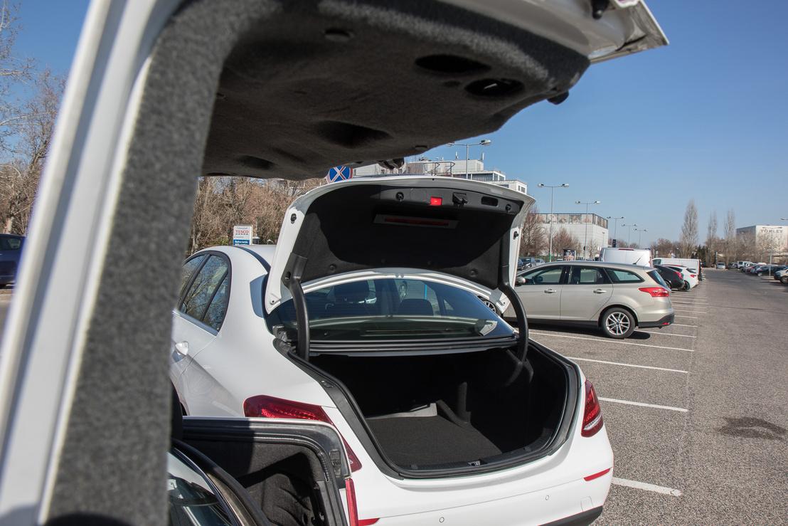 A régi Merci csomagtere ma is tisztességes 520 liter, míg az aktuális 540. Mindkettő bőven kiszolgál négy embert egy heti holmijával, nekem csak az fáj, hogy a hátsó ülés egyik autóban sem dönthető. Akinek erre van igénye, úgyis meg fogja venni a kombit, ami meg aztán végképp guruló hangár.