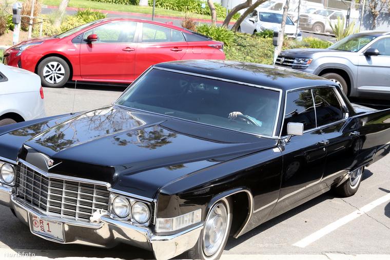 Ez egy 1969-es Cadillac DeVille.                         Egy igazi gengszter stílusú cirkáló.