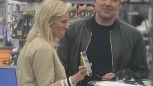 Ben Affleck mosolyogva vásárol párnát barátnőjével, majd helyi vagányként pattan be gengszter stílusú autójába
