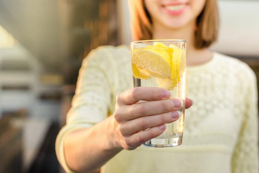 10 napon keresztül citromos vizet ivott a nő, így hatott a bőrére - Nem erre számított