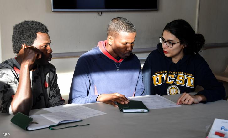 Önkéntes tanít franciául két szudáni menekültet Lille-ben 2019. január 30-án