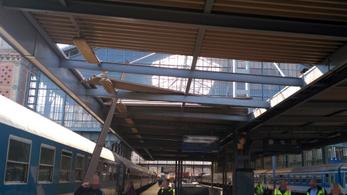Letépte a szél a Nyugati pályaudvar egyik peronjának tetőelemét