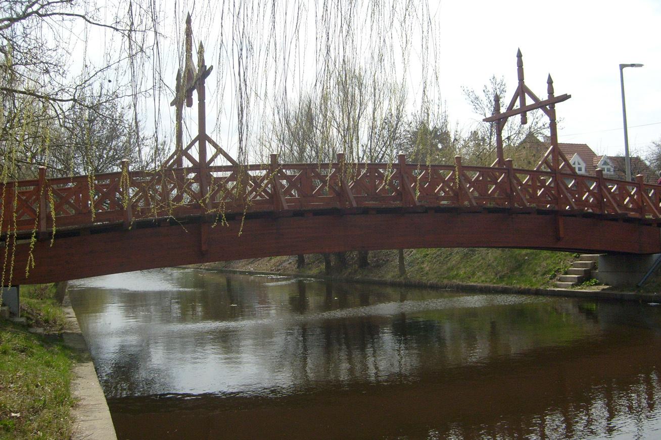 A romantikus Csók hidat Békés városába, a Csók zuggal szemben építették: a vasbeton szerkezetű híd mindössze 20 méter, de nemcsak egyszer érdemes átkelni rajta, hiszen a település központjától 3 kilométerre lenyűgöző túraútvonal vár a Körös-Maros Nemzeti Park területén.