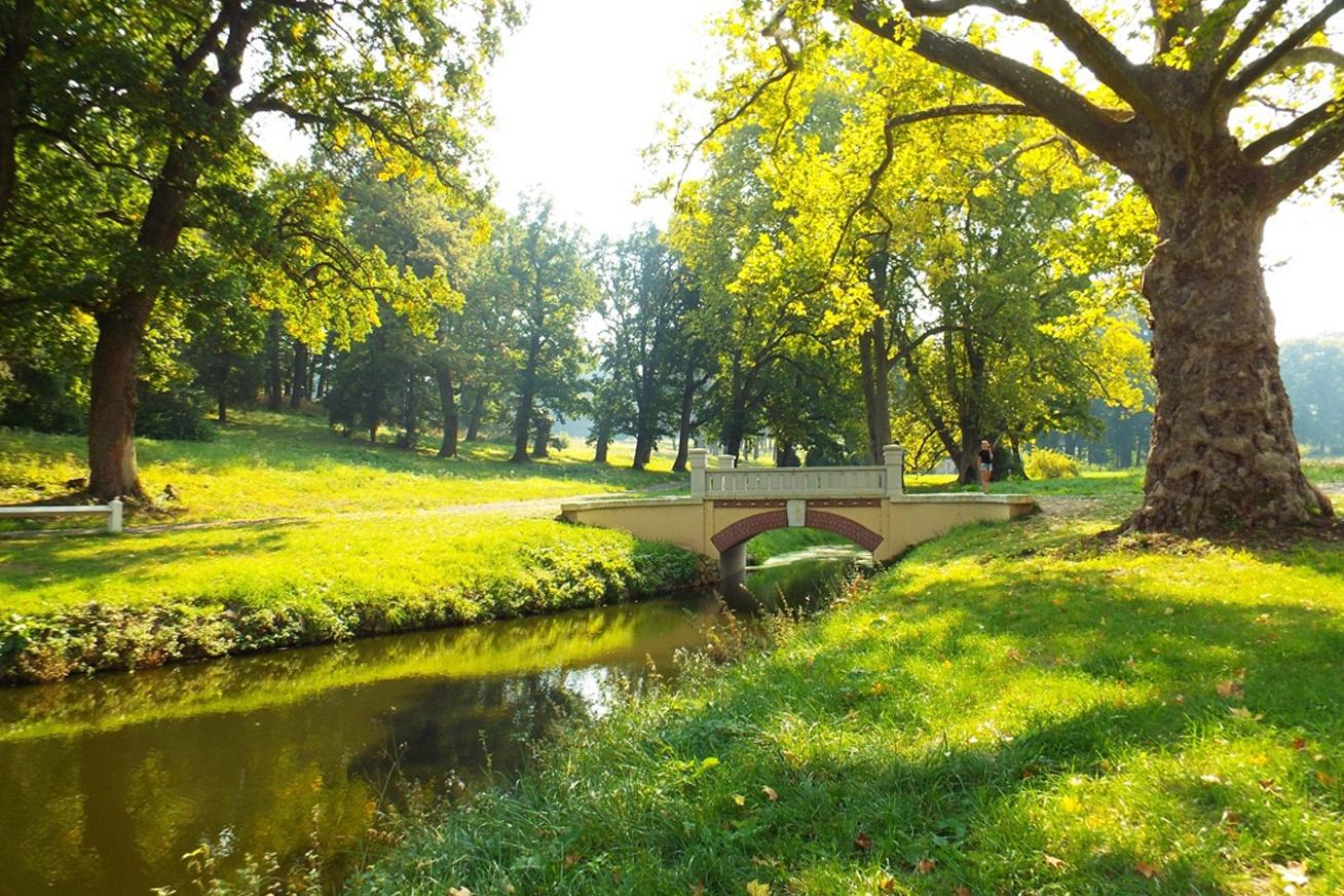 A füzérradványi Ybl-híd, amilyen aprócska, olyan csodálatos, és szinte megkoronázza a Károlyi-kastélyparkot.