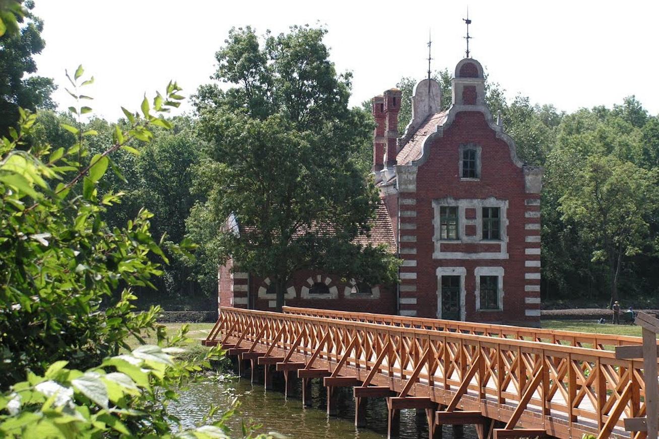 A Fejér megyei, dégi Festetics-kastély csodálatos parkjában található fahíd a 20. században épült, mert a szigetet akkor még csak csónakkal lehetett megközelíteni. Az egész környék a nyugalom szigete, ahol csend és béke honol.