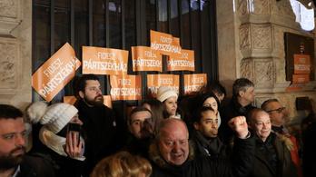 76 200 forintos kárt okoztak, amiért ráragasztották a Fidesz-matricát az ÁSZ-székházra