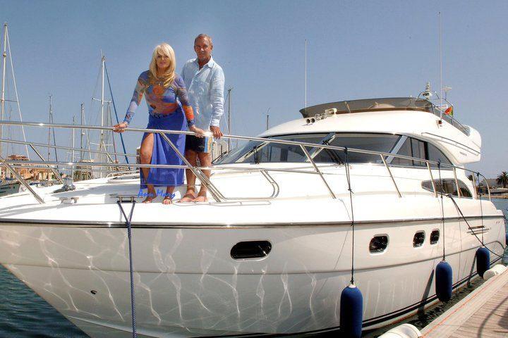 Sok időt töltenek Portugáliában, imádják a tengert. Az énekesnő ötvenedik születésnapjára egy jachtot kapott férjétől.