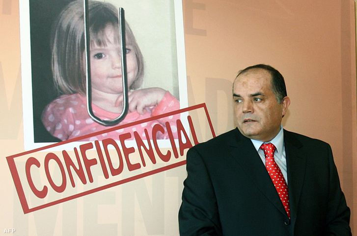 Goncalo Amaral, egykori nyomozó az általa írt könyv poszterével, amely Madeleine McCann eltűnéséről szól 2008. július 24-én