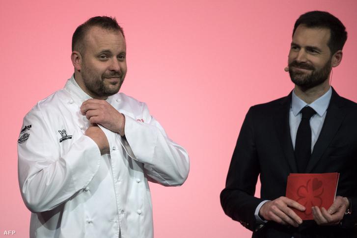 David Toutain séf (balra) reakciója, miután két Michelin csillagot nyert Párizsban 2019. január 21-én, mellette Gwendal Poullennec a Michelin Guide igazgatója