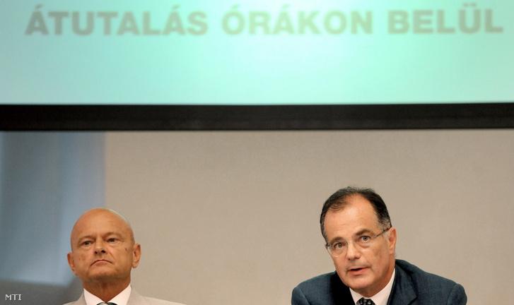 Ez már történelem: Patai Mihály, a Magyar Bankszövetség elnöke (b) és Simor András, az MNB elnöke a napközbeni átutalás bevezetéséről tart előadást a Magyar Nemzeti Bank (MNB) sajtótájékoztatóján