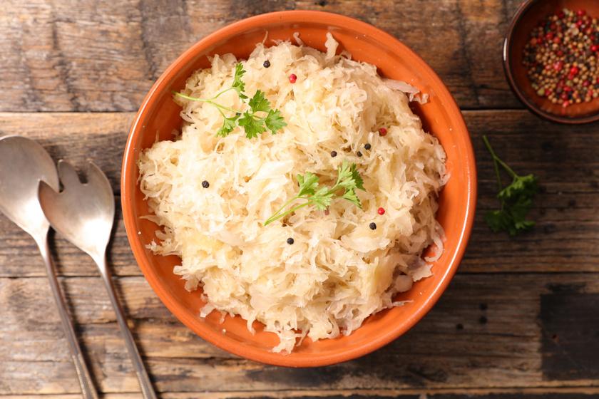 A fermentált ételek, mint amilyen a savanyú káposzta is, rengeteg hasznos baktériumot tartalmaznak, melyek segítik az emésztést, majd a vastagbélbe jutva gazdagítják a bélflórát.