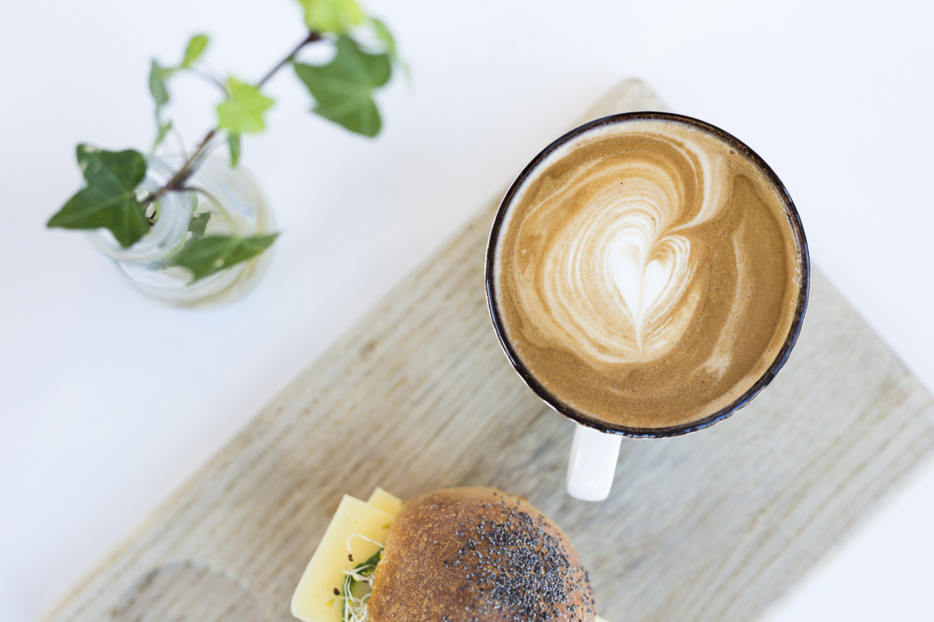 kávé szendvics reggelire