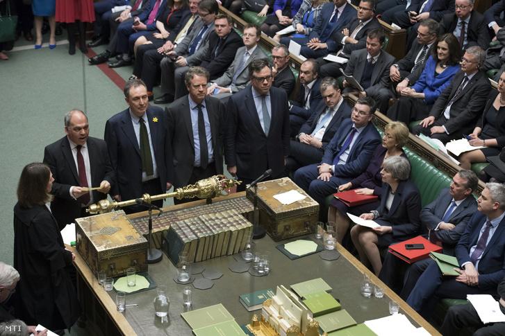 Theresa May brit miniszterelnök (j3) hallgatja a brit EU-tagság megszűnéséről (Brexit) tartott szavazás eredményének ismertetését a londoni parlamentben 2019. március 13-án. Az alsóház elutasította a megállapodás nélküli Brexit lehetőségét, ezért a kormány március 14-én indítványt terjeszt a ház elé a március 29-én esedékes Brexit halasztásának kezdeményezéséről.