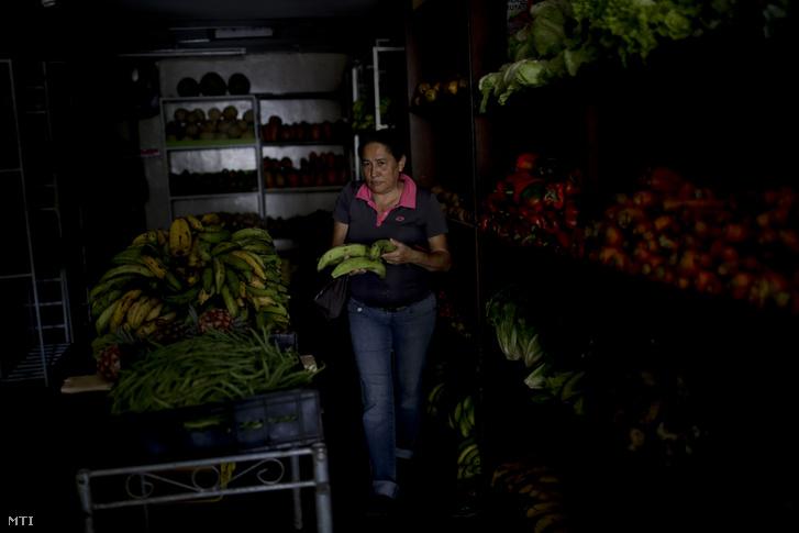 Áramszünet egy ablaktalan zöldségesben Caracasban 2019. március 26-án