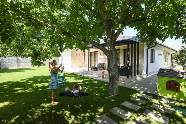 A debreceni Nemes család a csok két gyerek után igényelhető támogatásának felhasználásával épített házat.