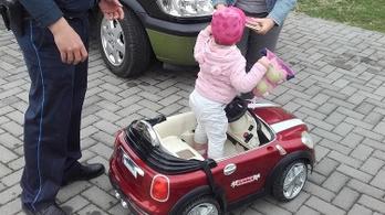 Hároméves kislány kisautóját lopta el négy férfi Ászáron