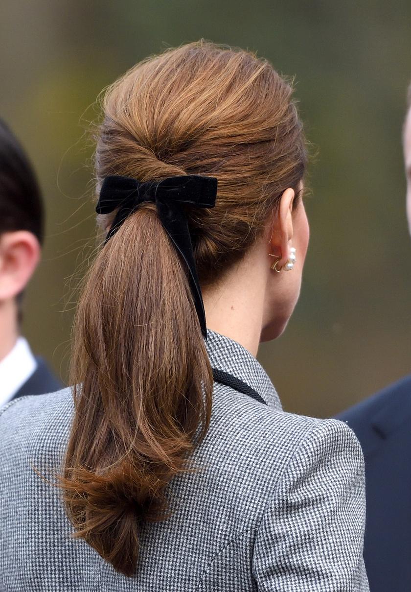 Katalin hercegnének csinos, csavart copfját díszítette a masni. A hatás nagyon nőies volt, mégpedig azért, mert a lófarok nem volt túl magasan, és a kiegészítő fokozta az amúgy is elegáns benyomást.