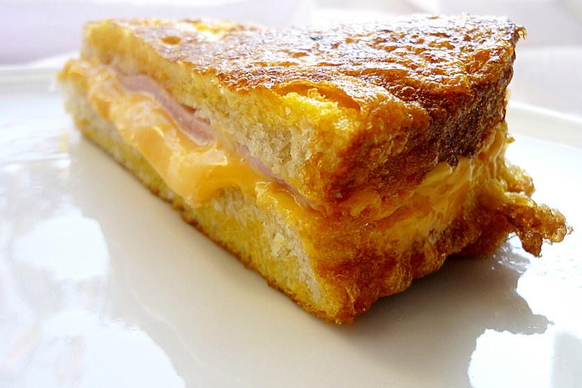 Sajttal-sonkával töltött bundás kenyér: a reggeli, ami sokáig eltelít