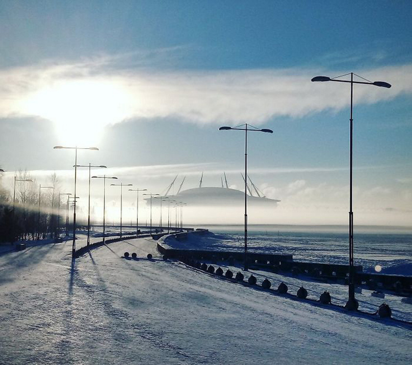Mintha ufóűrhajót látnánk, pedig csak a távoli stadion az: az épület alja a ködbe vész, ettől olyan, mintha lebegne.