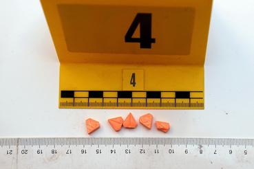 Kábítószergyanús tablettákat, illetve a drog porciózásához szükséges eszközöket foglaltak le V. András otthonában 2019. február 11-én