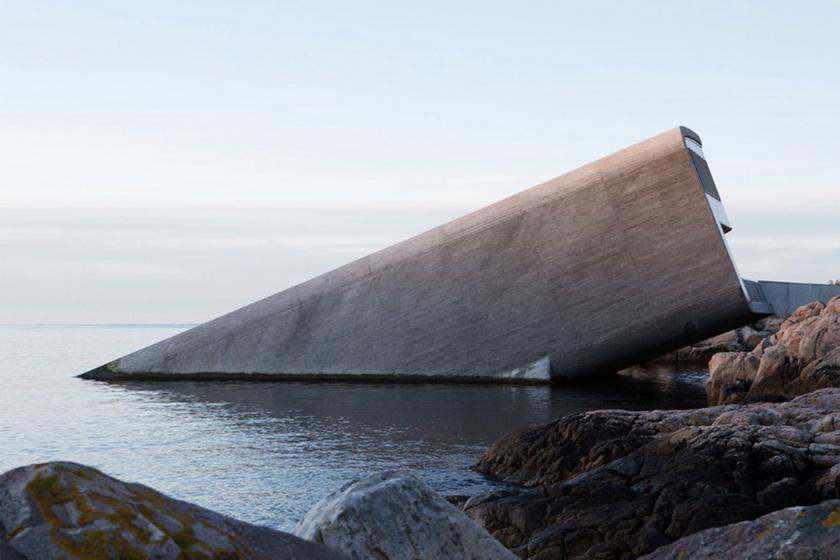 Több méteres mélységben tálalják az ebédet Európa első víz alatti éttermében