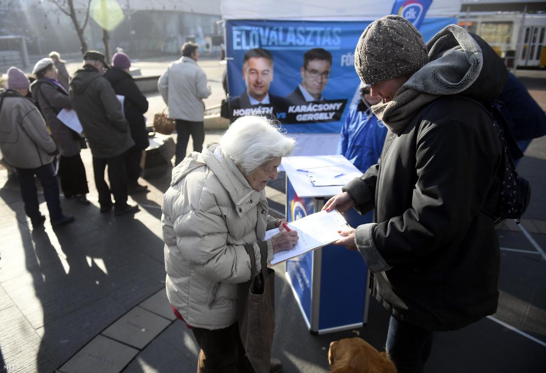 Résztvevők várakoznak szavazatuk leadására a baloldali pártok főpolgármester-jelölti előválasztásán a II. kerületi Széll Kálmán téren felállított szavazósátornál 2019. január 31-én