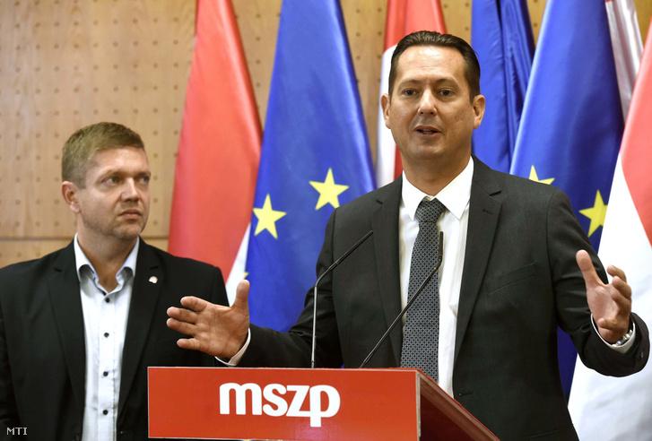 Tóth Bertalan (balra), a Magyar Szocialista Párt (MSZP) elnöke, a párt frakcióvezetője és Molnár Zsolt, az Országgyűlés nemzeti összetartozás bizottságának szocialista alelnöke