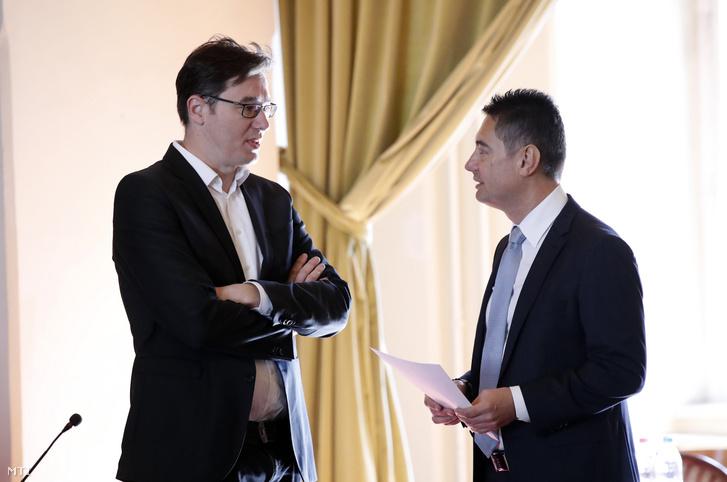 Karácsony Gergely, a Párbeszéd társelnöke, a baloldali pártok főpolgármester-jelöltje (b) és Horváth Csaba, az MSZP fővárosi képviselője beszélget a Fővárosi Közgyűlés ülése előtt a Városházán 2019. március 27-én