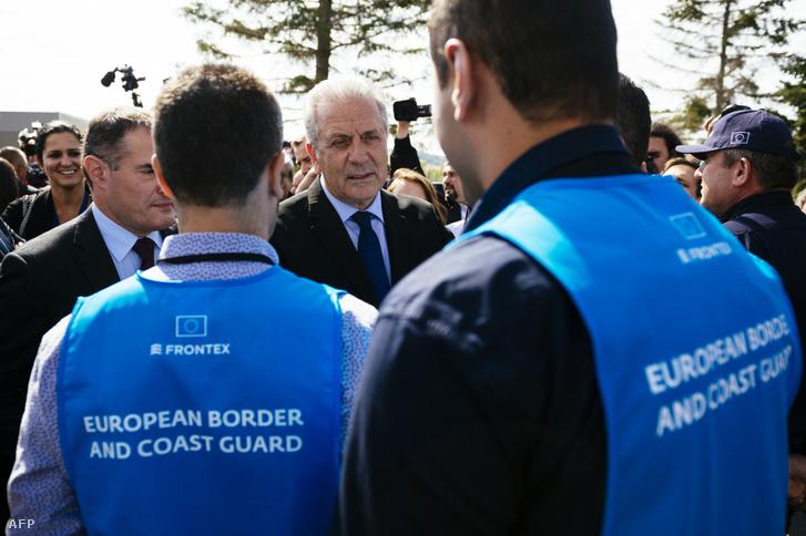 Dimitris Avramopoulosz, az európai migrációs, belügyi és állampolgári biztosa beszél a Frontex tagjaival a Bolgár-Török határnál 2016. október 6-án
