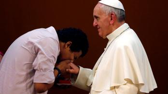 Tartott a fertőzésektől, ezért húzta el a pápa a kezét a kézcsók elől