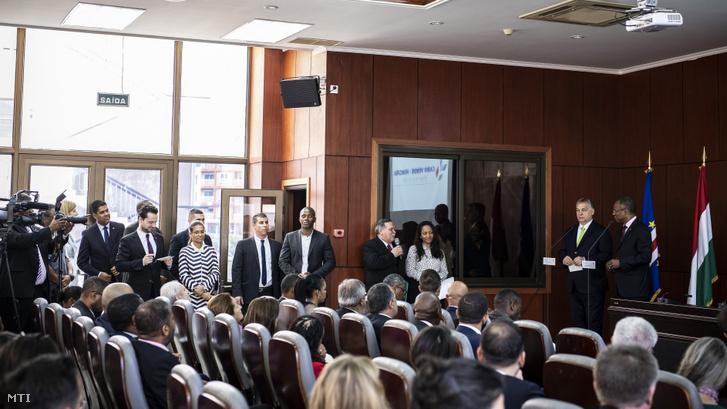 Orbán Viktor miniszterelnök (j2) sajtótájékoztatója Ulisses Correia e Silvával, a Zöld-foki Köztársaság miniszterelnökével (j) Praiában 2019. március 28-án