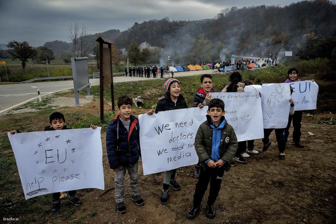 Menekültek Boszniában a határzárnál 2018. október 26-án