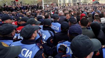 Tüntetők próbáltak meg betörni az albán parlamentbe