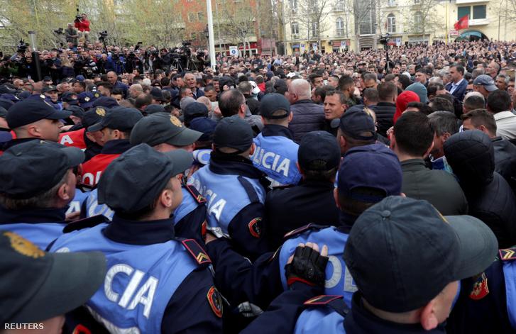 Kormányellenes tüntetők dulakodtak a rendőrökkel Tiranaban, a Parlament előtt 2019. március 28-án