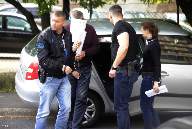 A Budakörnyéki Járásbíróságra kísérik a szigetszentmiklósi nő meggyilkolásával gyanúsított férfit 2017. május 9-én. A gyanúsított a Budapest Környéki Törvényszék tájékoztatása szerint április 27-én Újhartyán külterületén ölte meg az 52 éves nőt.