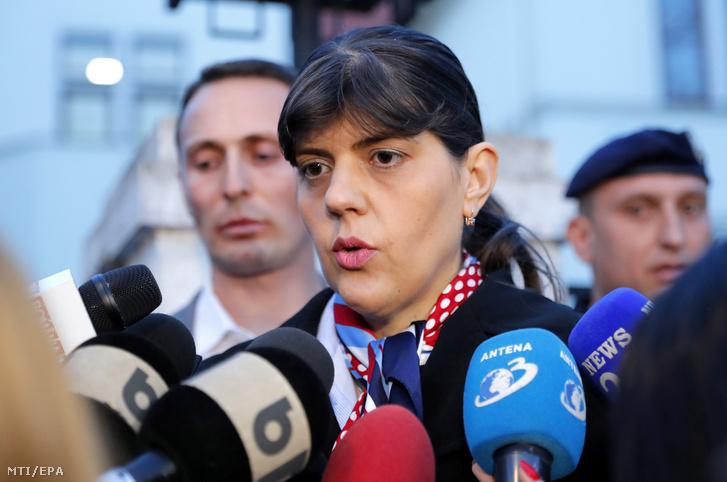 Laura Codruta Kövesi, a román Nemzeti Korrupcióellenes Igazgatóságot (DNA) volt vezető főügyész, az Európai Unió főügyészjelöltje távozik az romániai ügyészség (SIIJ) meghallgatásáról Bukarestben 2019. március 7-én.
