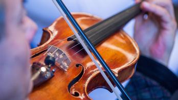 Miért f alakú a hegedű hanglyuka?