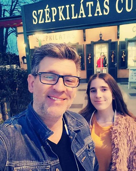 Kárász Róbert büszkén pózol kisebbik lányával, Rozival, aki ebben az évben ünnepli 14. születésnapját.