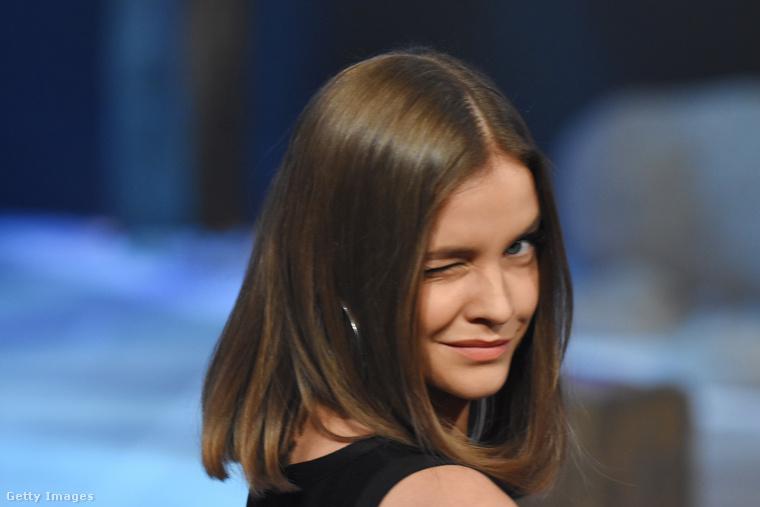 Ezzel a kacsintós képpel búcsúzunk, de ennyi Palvin Barbara után most már valaki mással folytassuk, mondjuk a Miss Russian USA nevű szépségverseny indulóival!
