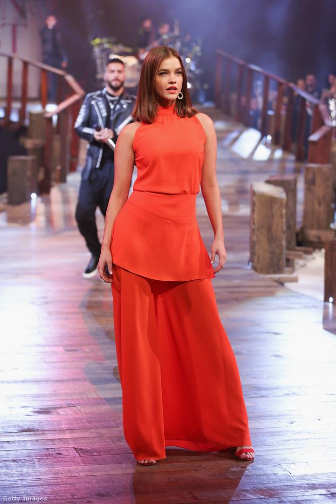 Íme Palvin Barbara egy nagyon narancssárga ruhában, de figyelem, ez nem egy szoknya...
