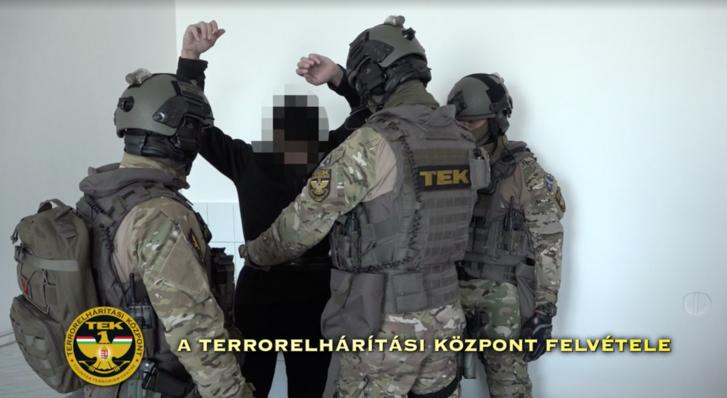 A Budapesti Nyomozó Ügyészséghez szállította a TEK F. Hasszánt, az Iszlám Állam Magyarországon elkapott terroristáját kihallgatásra.