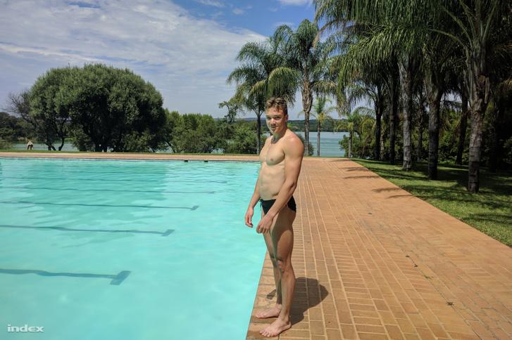 Kopasz Bálint a dél-afrikai edzőtáborban, a háttérben a tó, ahol gyűjtik a kilométereket