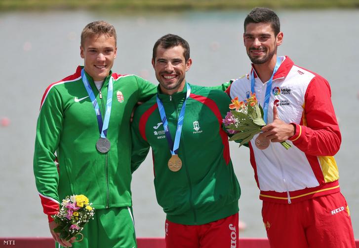 Az ezüstérmes Kopasz Bálint, az aranyérmes portugál Fernando Pimenta és a bronzérmes spanyol Roi Rodrigez (b-j) a szegedi kajak-kenu világkupa férfi kajak 1000 méteres versenyszám eredményhirdetésén 2018. május 19-én