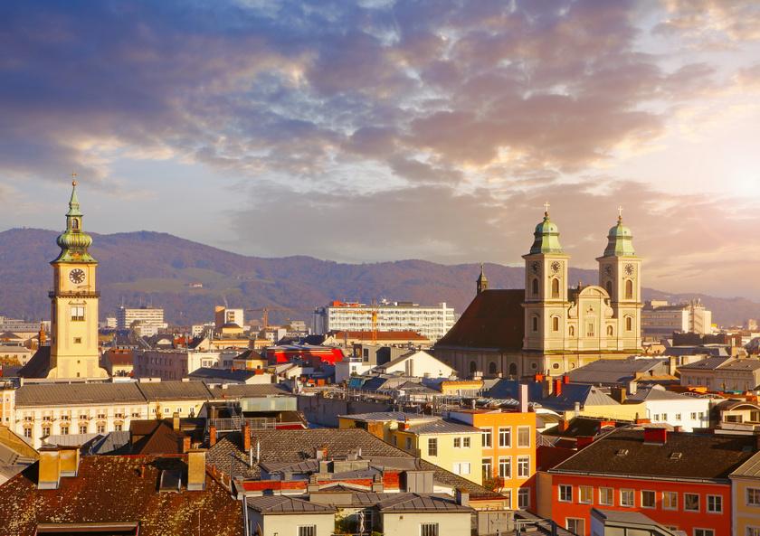 Ha reggel 6:40-kor vonatra szálltok, menetrend szerint 10:44-kor már Linzben lehettek. A menettérti kirándulójegy ára 69 euró, ez két helyjeggyel együtt is körülbelül 23 ezer forint. Meseszép a Duna-parti panoráma, tehetsz egy sétát a tetőkön, de az igazi linzert is megkóstolhatod.